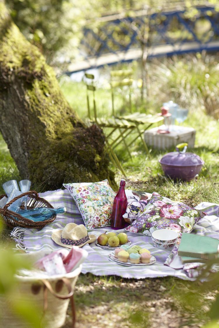 aire de pique-nique –jardin-couverture-franges-coussins-motifs-floraux-panier-osier